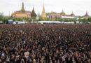 ประวัติศาสตร์ต้องจารึก! พสกนิกรชาวไทยร่วมร้องเพลงสรรเสริญพระบารมี กระหึ่มท้องสนามหลวง