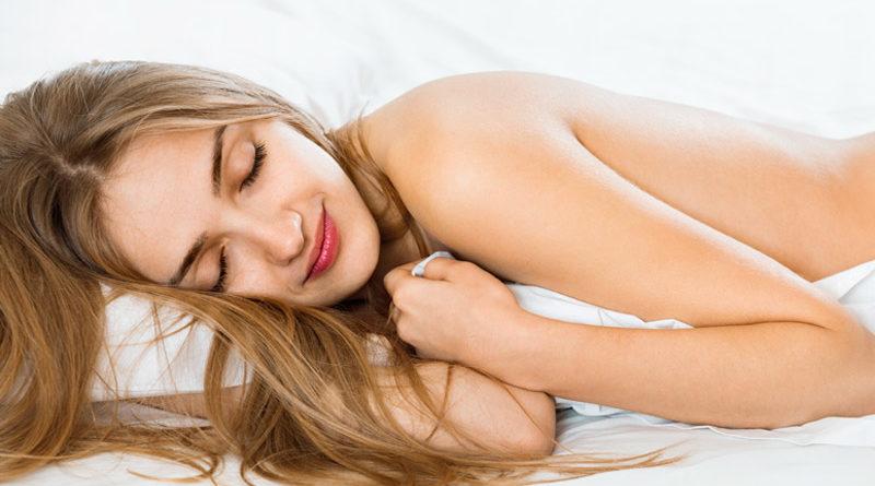 คืนนี้ไม่ต้องใส่อะไรนอน! 5 ประโยชน์ คนชอบนอนแก้ผ้า